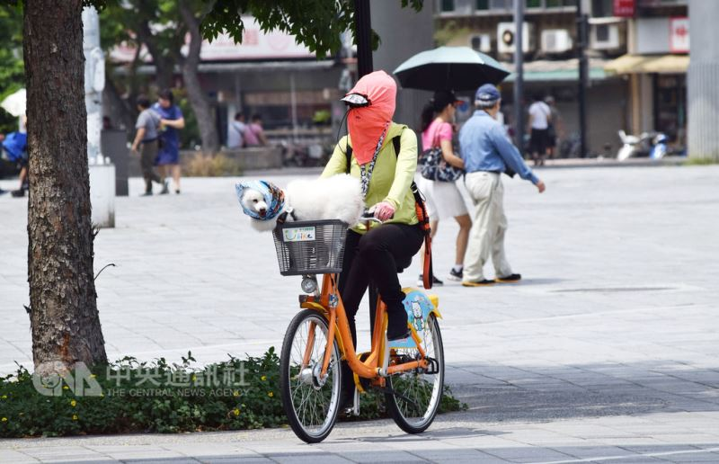 中央氣象局預報,11日全台多數地區晴朗炎熱,7縣市易有攝氏36度以上高溫,提醒民眾做好防曬措施並多補充水分。中央社實習記者林慧詩攝 107年8月11日