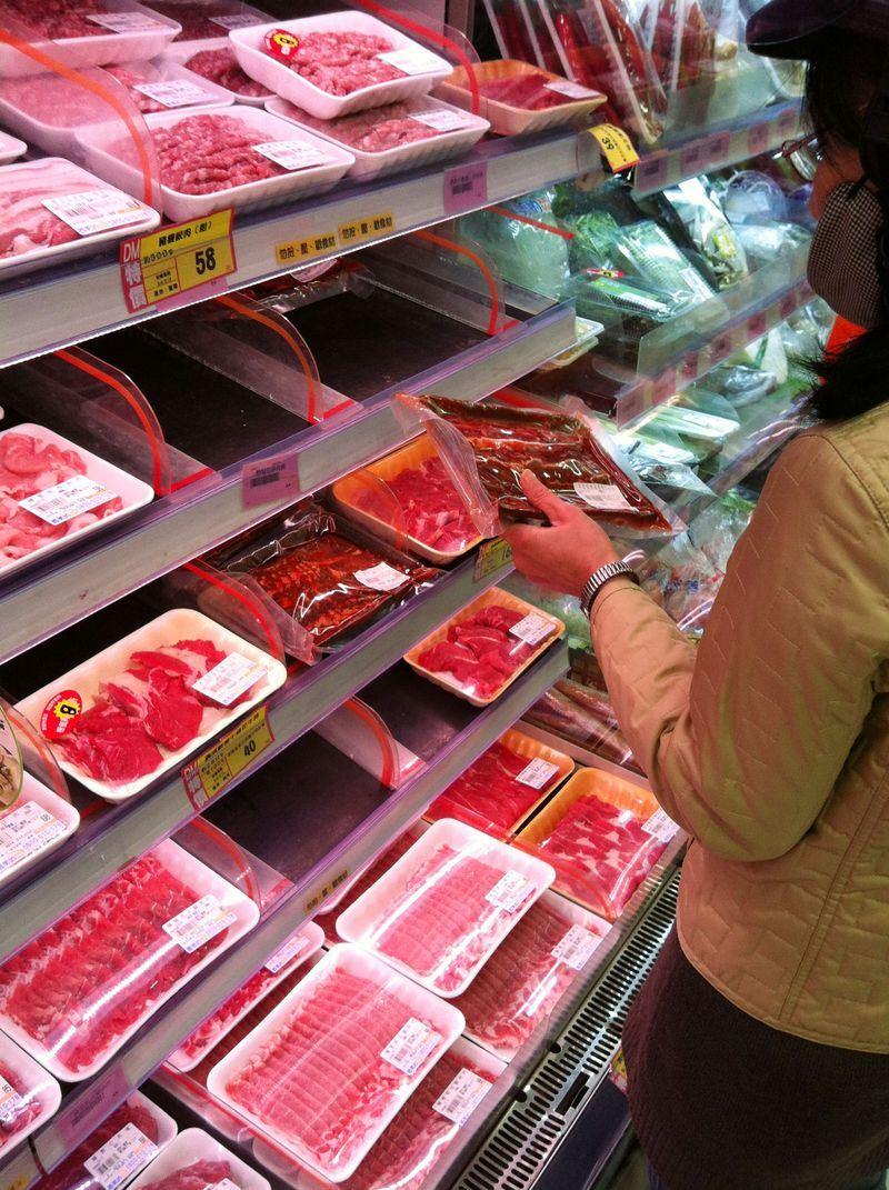 行政院農業委員會動植物防疫檢疫局宣布,6日起我國開放英國豬肉進口。圖為民眾購買肉品示意圖。(中央社檔案照片)
