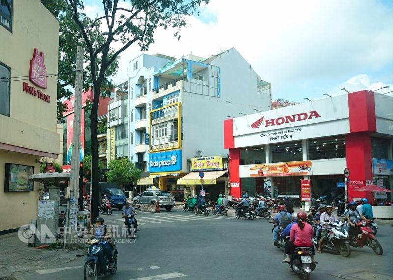 越南的機車人口眾多,日本本田(Honda)以其國際大廠的資源與經驗,已經成為越南機車市場的龍頭品牌。 中央社記者潘姿羽攝 107年8月12日