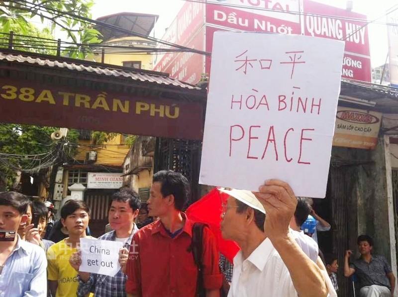 2014年5月18日上午,越南部分民眾開始在中國大陸大使館周邊街道聚集,並手持寫上中、英、越南文3種文字的標語抗議。(檔案照片)中央社 107年8月12日