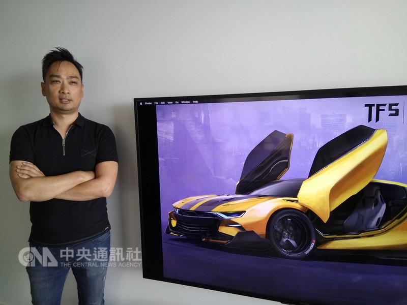 楊鎮榮在變形5設計的車款,包括導演麥可貝讚嘆不已的「大黃蜂」超跑。中央社記者曹宇帆洛杉磯攝  107年8月12日