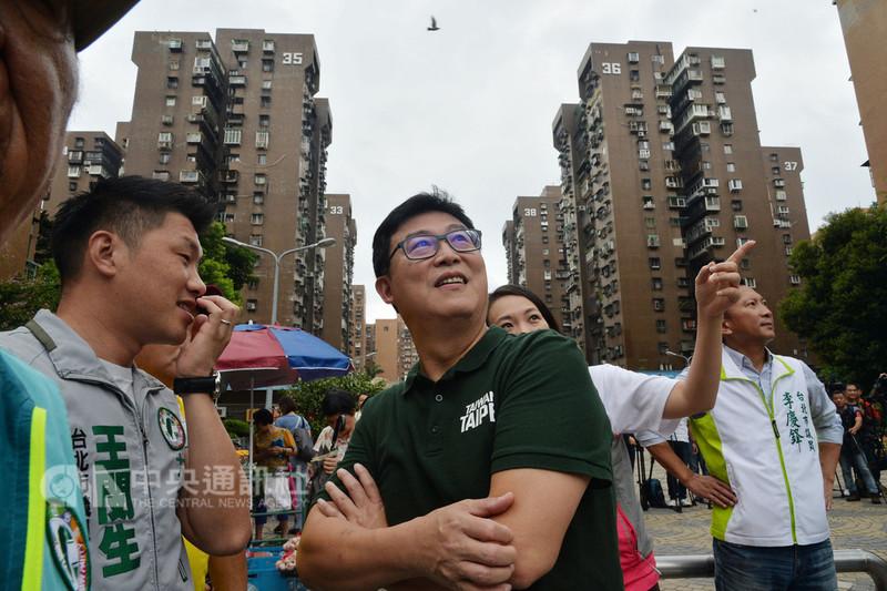 民進黨台北市長參選人姚文智(中)12日由同黨籍市議員等人陪同,前往大安區成功市場拜票,爭取這片傳統泛藍票倉的支持。中央社記者孫仲達攝 107年8月12日