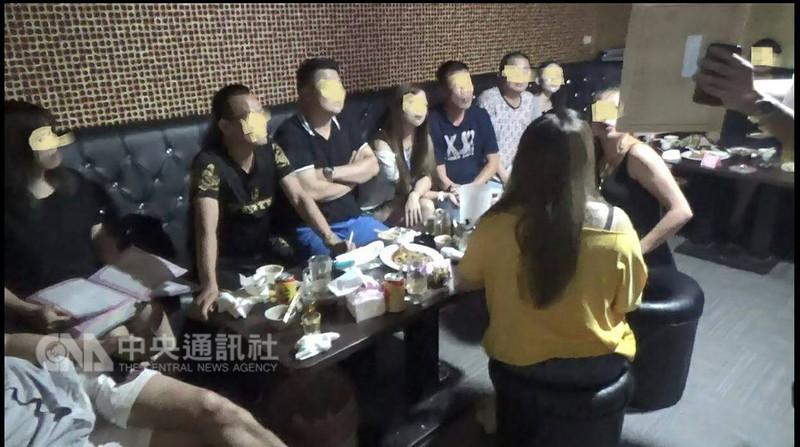 台北市警察局萬華分局12日召開記者會表示,新北市三重區一間酒店透過臉書張貼打工訊息,稱只要幫客人倒酒、陪唱歌就可賺坐檯費,實際卻被脅迫從事色情陪酒,至少12名少女遭誘騙,警獲報後逮16名負責人和幹部。(台北市萬華分局提供)中央社記者黃麗芸傳真 107年8月12日