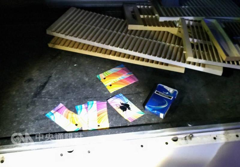 雲林警方運用大數據資料分析,鎖定斗南一家PUB舞廳疑似在假日期間提供毒品及場所舉辦轟趴,警方11日攻堅取締,當場查獲外勞開轟趴集體吸毒,全案依法移送偵辦。圖為在冷氣箱蓋查獲毒品咖啡包等物。(警方提供)中央社記者葉子綱傳真 107年8月12日