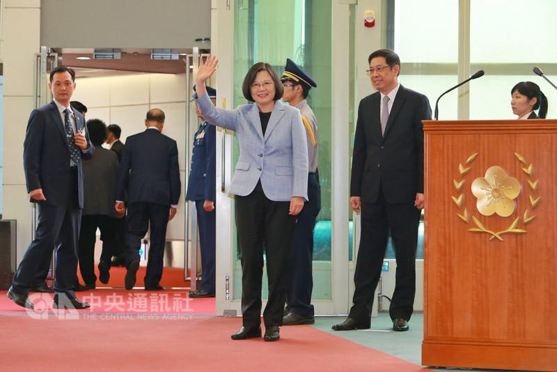 總統蔡英文(中前)12日下午搭機出訪友邦巴拉圭和貝里斯,展開「同慶之旅」,此行除了向友邦表達祝賀,並感謝他們對台灣的相挺,也要藉此拓展外交空間。中央社記者吳睿騏桃園機場攝 107年8月12日