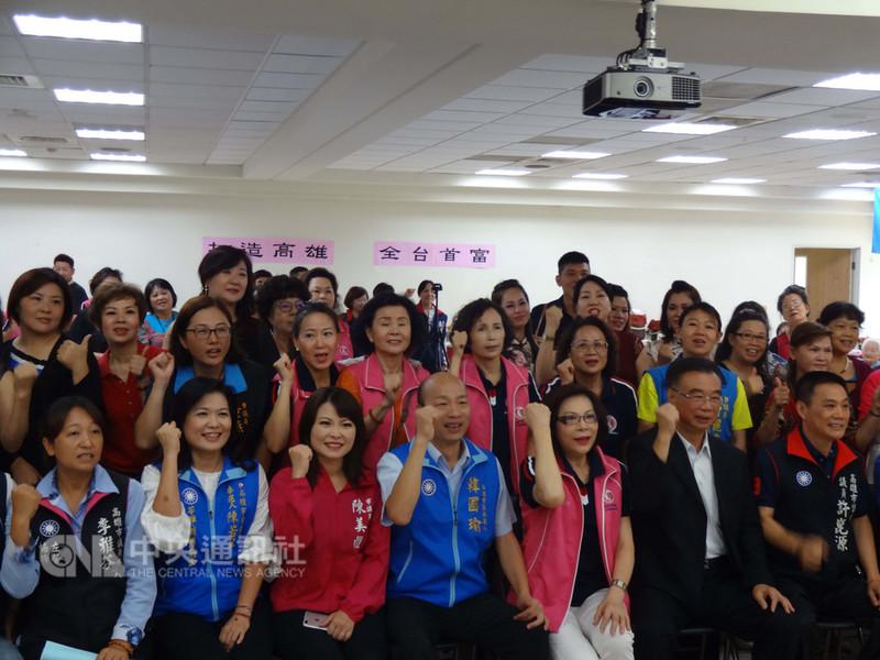 國民黨高雄市長參選人韓國瑜(前中)12日參加高雄市新移民女性關懷協會會員大會,和新移民搏感情,盼爭取支持。中央社記者陳朝福攝 107年8月12日