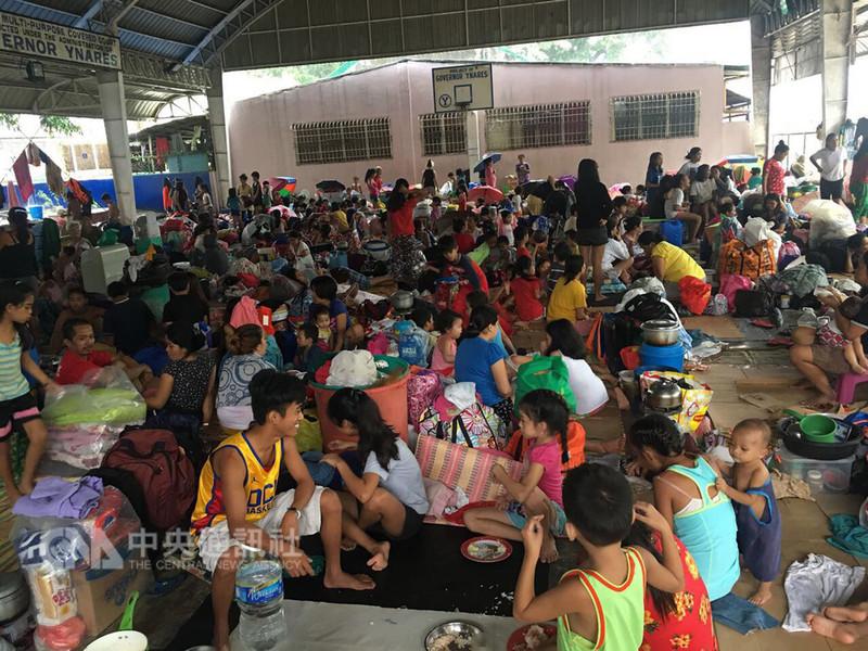 受到颱風「魔羯」及西南季風影響,菲律賓首都大馬尼拉地區及鄰近省份連日豪日,多處嚴重淹水,已有超過4萬人流離失所。圖為馬利吉娜市收容所。(台商鄭國賓提供)中央社記者林行健馬尼拉傳真 107年8月12日