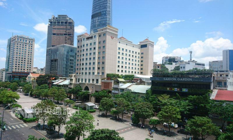 越南胡志明市是當地商業重鎮,圖為胡志明市第一郡的阮惠大道,是當地最精華的商業地段,也是外國觀光客必訪景點。中央社記者潘姿羽攝  107年8月12日