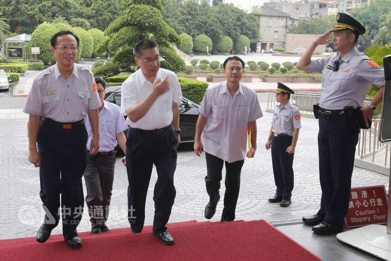 內政部長徐國勇(左2)12日訪視台北市警察局,台北市警察局長陳嘉昌(左)上前迎接。中央社記者徐肇昌攝 107年8月12日