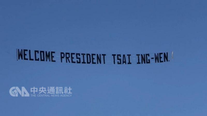 台僑租用的小飛機,拖曳WELCOME PRESIDENT TSAI ING-WEN英文橫幅,在總統下榻飯店的上空盤旋。中央社記者曹宇帆攝  107年8月13日