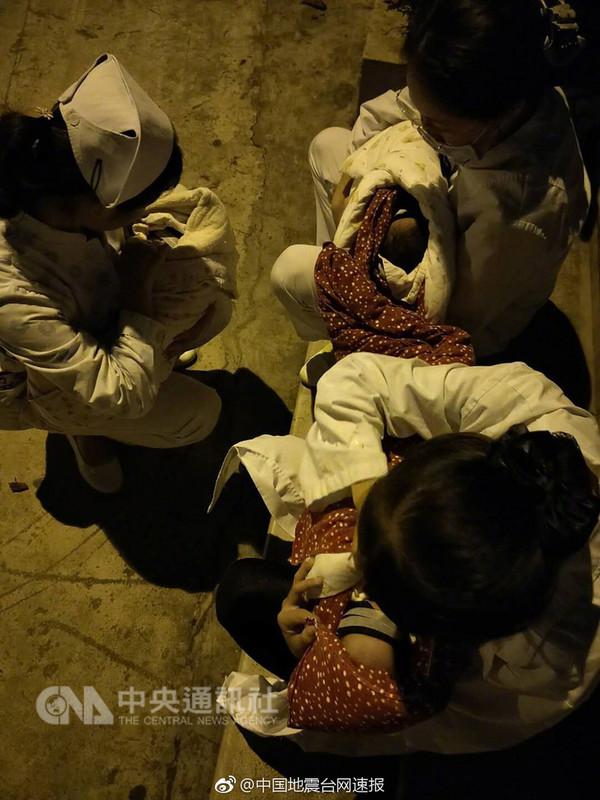 中國雲南省玉溪市通海縣13日凌晨1時44分發生規模5.0的極淺層地震,當地醫護人員將嬰兒抱出醫院,以避免房屋倒塌無法逃生。(取自中國國家地震台網官方微博)中央社記者繆宗和北京傳真 107年8月13日