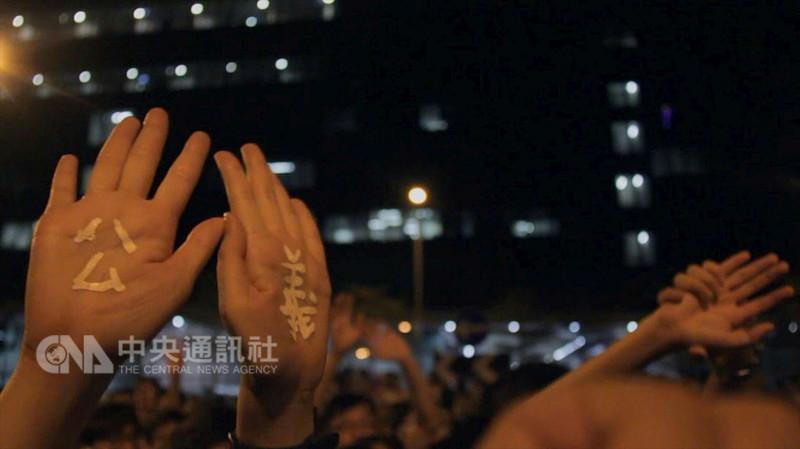高雄市電影館13日宣布推出8月企劃「高雄.香港獨立電影節」專題,並邀10名香港導演22日起陸續訪台出席映後座談,與觀眾面對面分享創作想法。圖為港片「亂世備忘」劇照。(高雄市電影館提供)中央社記者江佩凌傳真 107年8月13日