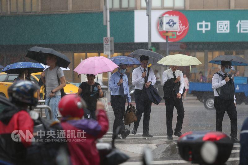 中央氣象局表示,受低壓帶影響,13日起各地都有機會下雨。(中央社檔案照片)