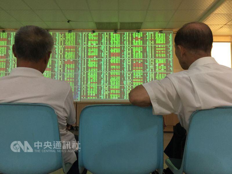 台股13日開低走低重挫逾百點,整體電子類股指數大跌為主因。(中央社檔案照片)