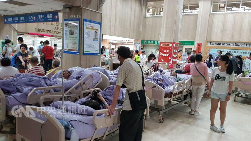 位於新北市新莊區的衛福部立台北醫院7樓安寧病房13日凌晨發生火警,消防局獲報到場控制火勢,疏散民眾,醫院大廳有如臨時病房。 中央社記者王鴻國攝 107年8月13日