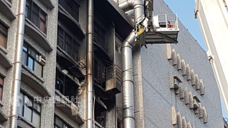 位於新莊區的衛福部立台北醫院7樓安寧病房,13日凌晨發生火警,新北市消防局獲報到場控制火勢。中央社記者王鴻國「攝」 107年8月13日