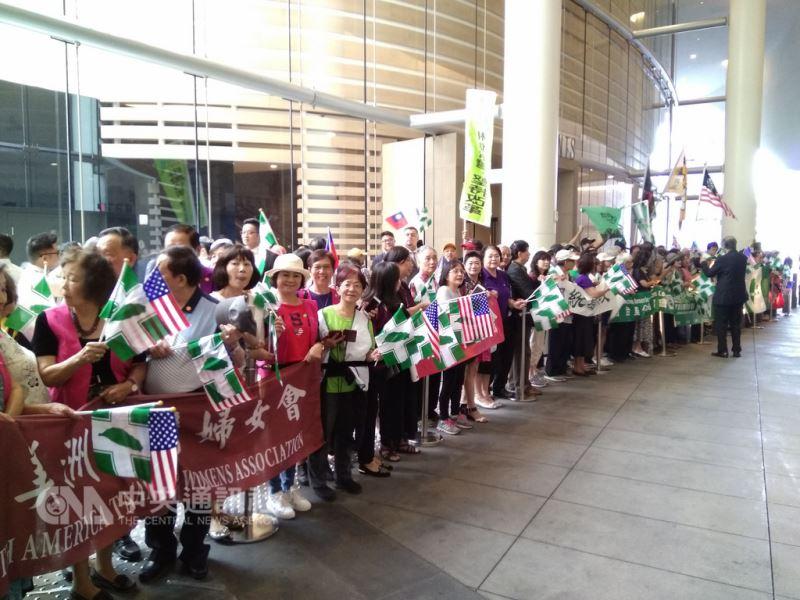 數百名愛台鄉親,在洛城洲際飯店通道外列隊歡迎蔡總統。中央社記者曹宇帆攝  107年8月13日