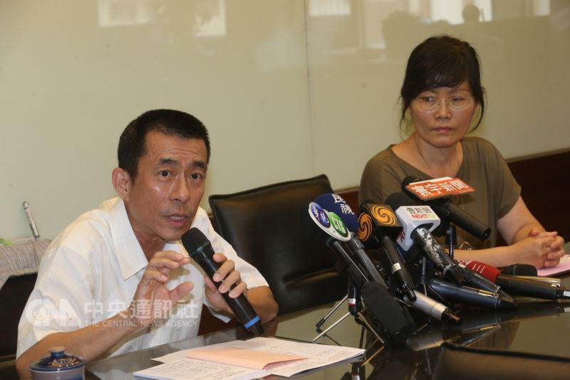 針對台灣遊客在肯亞被河馬咬死事件,台北市旅行商業同業公會理事長吳志健(左)13日在台北召開記者會說明。中央社記者吳家昇攝  107年8月13日
