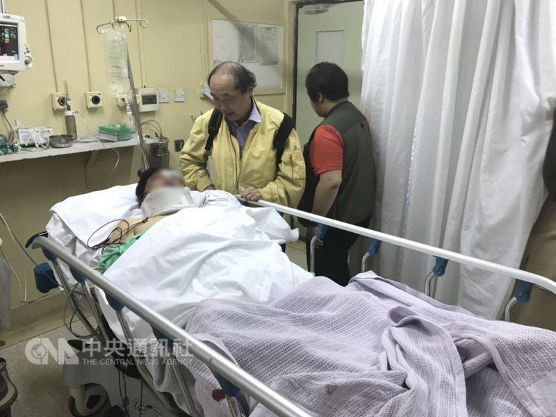 台灣遊客在肯亞遭河馬攻擊導致1死1傷,該旅行團後續又發生車禍,15人受傷。僑務委員會13日表示,在肯亞的僑務委員陳發(中)獲知後,立即前往醫院協助處理及照顧受傷遊客。(僑務委員會提供)中央社記者顧荃傳真 107年8月13日