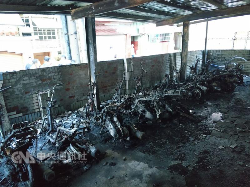 台南市中西區成功路一棟大樓停車場14日清晨發生大火,造成20多輛機車及多輛腳踏車被燒毀,所幸無人傷亡。(台南市消防局提供)中央社記者張榮祥台南傳真 107年8月14日