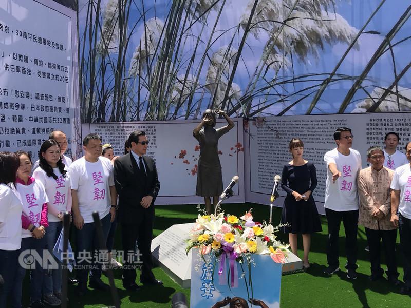 全台首座慰安婦銅像座落在台南市中西區忠義路、中正路口,前總統馬英九(前左5)14日主持慰女婦銅像落成典禮,他表示,政府通過轉型正義條例,可依法向日本政府要求道歉賠償,這才是對慰安婦的轉型正義。中央社記者張榮祥攝 107年8月14日