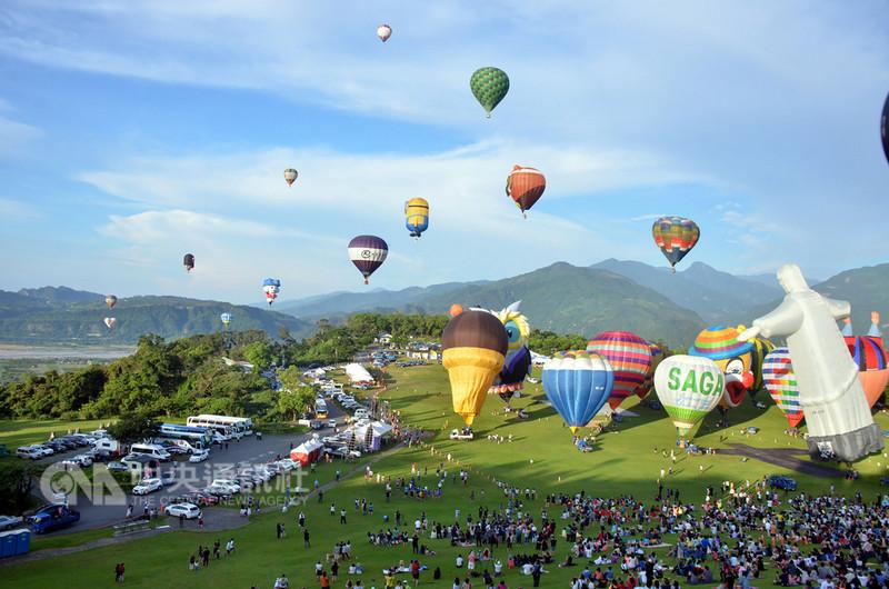 台東縣政府交通及觀光發展處表示,因天候良好,今年的熱氣球嘉年華活動創下許多紀錄,45天的活動幾乎場場爆滿,吸引90萬人次造訪。(檔案照片)中央社記者盧太城攝 107年8月14日