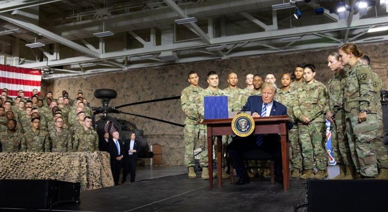 美國總統川普13日簽署「2019財政年度國防授權法」(NDAA FY2019)生效,川普特地到紐約州的壯堡 (Fort Drum)基地,舉行簽署儀式。(圖取自川普推特twitter.com/realDonaldTrump)