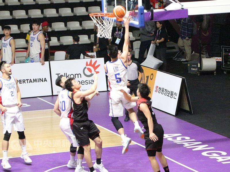 中華男籃在亞運分組賽首戰對日本,圖為背後5號選手劉錚上籃得分。中央社記者周永捷雅加達攝 107年8月14日
