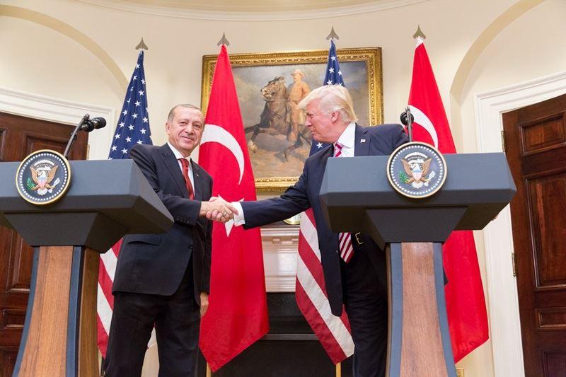 土耳其最近與美國關係惡化是導致里拉重貶因素之一,事實上土國總統艾爾段(左)不僅惹火美國,激進批評言語更得罪多國領導人。圖為去年艾爾段訪美於白宮會見美國總統川普。(圖取自維基共享資源網頁,版權屬公有領域)