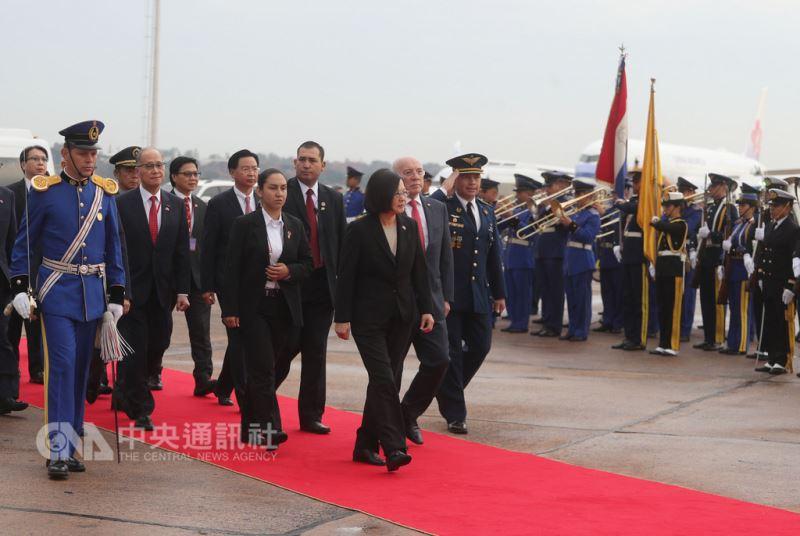 總統蔡英文(前中)12日起展開同慶之旅,出訪友邦巴拉圭和貝里斯,14日總統專機飛抵巴拉圭亞松森市,蔡總統接受巴拉圭禮兵致敬歡迎。中央社記者裴禛亞松森攝 107年8月14日