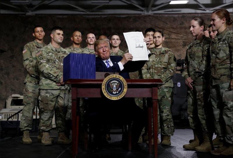 美國總統川普13日簽署「2019財政年度國防授權法」(NDAA FY2019),白宮聲明指出,包括第1257條有關台灣在內的4個附帶條款,目的是在主導美國對外的軍事及外交事務。(路透社提供)