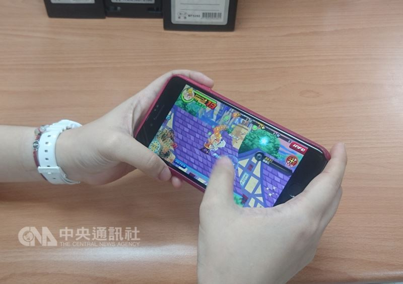 知情人士表示,中國政府已凍結遊戲執照審批,導致這個全球最大遊戲市場陷入混亂。圖為手機遊戲示意圖。(中央社檔案照片)