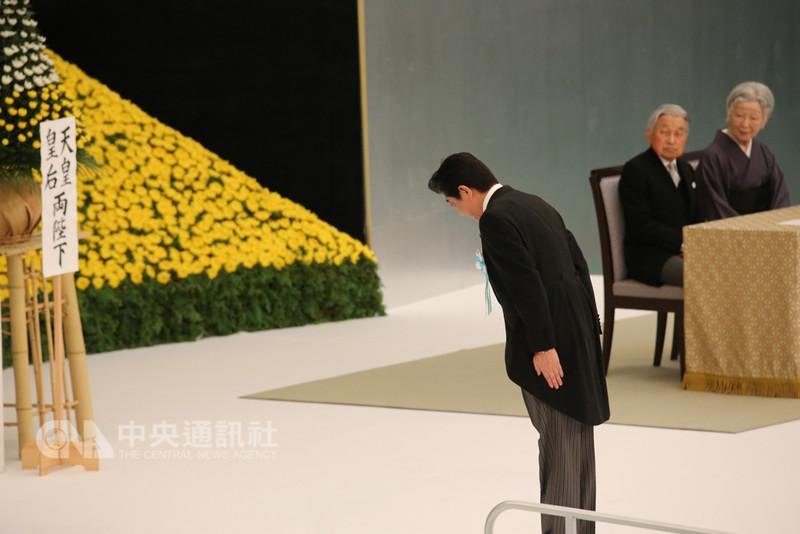 二戰結束73週年,日官方舉行全國戰歿者哀悼式,日本首相安倍晉三致詞時說,不會再讓戰爭慘禍發生,會謙虛面對歷史。但他未言及對過去的反省。中央社記者楊明珠東京攝 107年8月15日