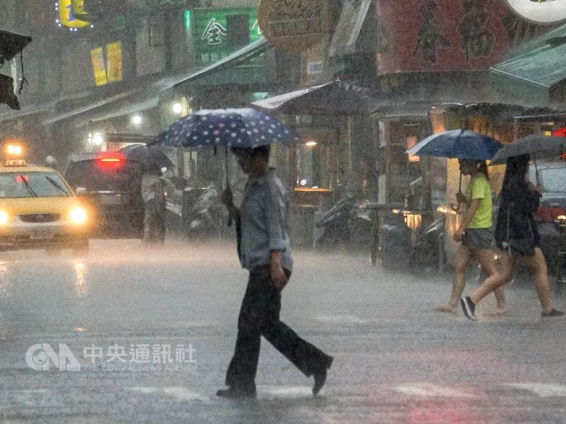 西南風持續影響,中央氣象局預報員吳依帆15日表示,中南部地區易有陣雨或雷雨,其他地區也有短暫陣雨或雷雨。(中央社檔案照片)