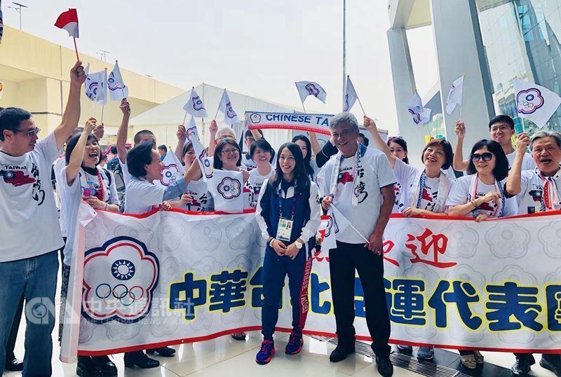 第18屆亞洲運動會中華台北代表團15日抵達雅加達,代表團掌旗官郭婞淳(中)表示,她會讓中華台北奧運會旗飄揚。中央社實習記者齊若堯攝 107年8月15日