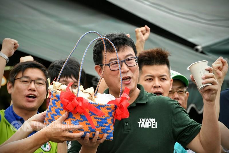 民進黨台北市長參選人姚文智(前)16日上午在台北市社子市場發表「選戰倒數百日衝刺宣言」。對於85度C遭中國大陸打壓,姚文智說,該譴責的是中國政府的蠻橫行為,而非被迫表態和妥協的企業,台灣人不該在中國打壓下,反過來責怪自己的同胞。中央社記者施宗暉攝  107年8月16日