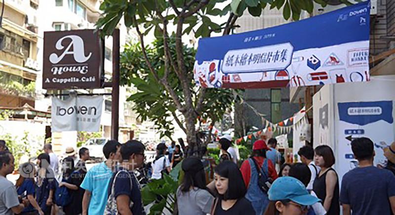 「紙本繪本明信片市集」匯聚台灣新生代創作者不同面向的紙本創作,常在夏季末舉行,今年除了台北場也首度到台中舉辦。(孩在提供)中央社記者魏紜鈴傳真 107年8月16日