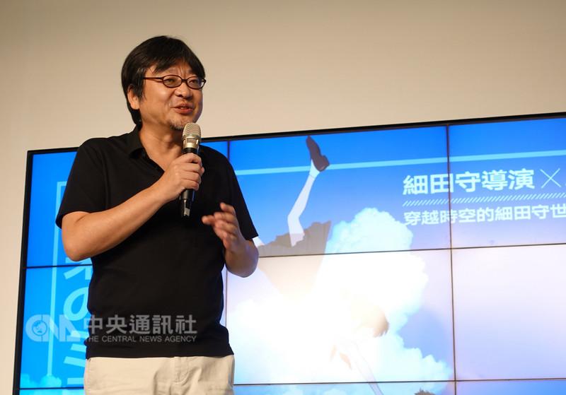 日本知名動畫電影導演細田守16日現身2018第19屆漫畫博覽會日本館,出席「穿越時空的細田守世界」座談會,與台灣粉絲近距離分享創作心路歷程。中央社記者江佩凌攝 107年8月16日