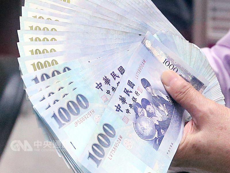 基本工資16日拍板月薪調漲至新台幣2萬3100元,時薪150元。勞動部初估,受惠勞工約有225萬人。(中央社檔案照片)