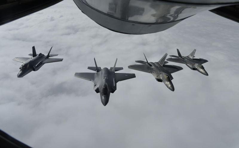 美軍共派出13架F-22型戰機到歐洲,於希臘、波蘭等地進行一系列短期部署,這次演習是為強化挪威戰力、增強嚇阻力量。圖為戰機編隊飛行準備空中加油,圖左2架為F-35戰機,右2架為F-22戰機。(圖取自美國駐歐空軍推特twitter.com/HQUSAFEPA)