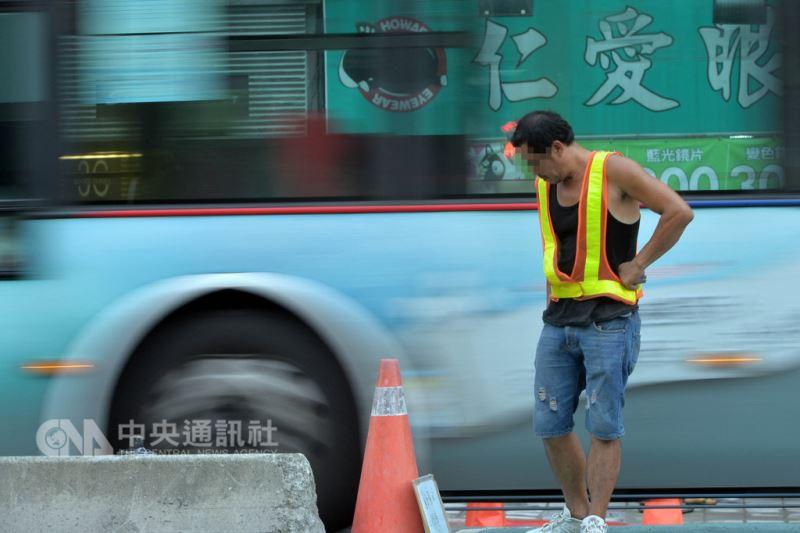 勞動部16日召開基本工資審議委員會,會中決議自108年1月1日起,月薪調漲至新台幣2萬3100元,時薪調至150元。對此,勞方委員認為調幅太低,甚至一度退席抗議;資方則認為是可接受的範圍。圖為台北市街頭勞工執勤。中央社記者孫仲達攝 107年8月16日