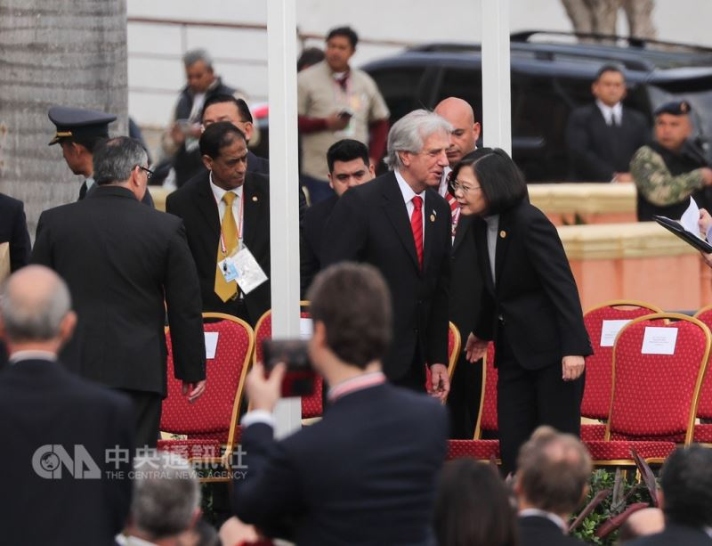 總統蔡英文(右)出訪友邦巴拉圭,15日在當地出席新任巴拉圭總統阿布鐸(Mario Abdo Benitez)的就職典禮,席間與烏拉圭總統瓦茲蓋斯(Tabare Vazquez)(右2)交談。中央社記者裴禛亞松森攝 107年8月15日