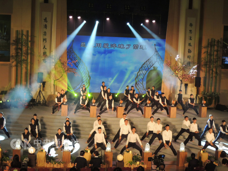 慈濟基金會17日起一連3天在台中靜思堂舉辦「七月吉祥孝親祈福會」,邀請唐美雲歌仔戲團和國際級舞者、交響樂團、靜思鼓隊等接力演出。中央社記者郝雪卿攝 107年8月17日