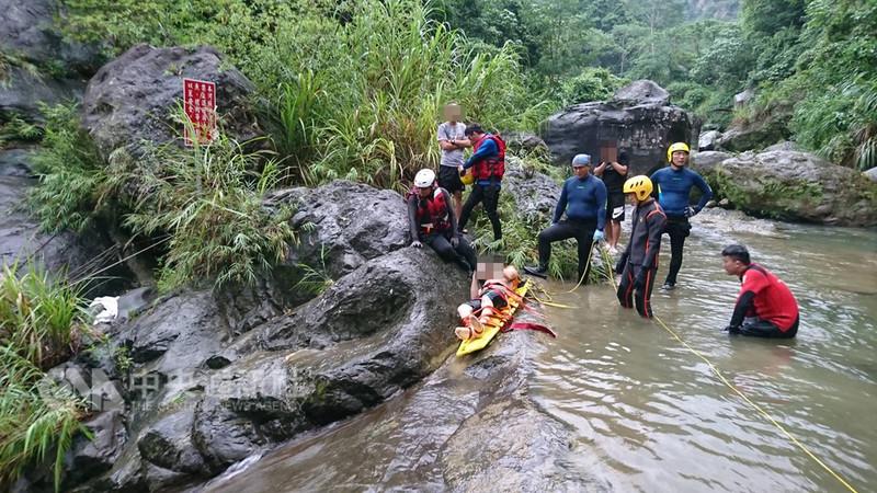 一名蒙古籍男子17日下午與友人到台中市太平區仙女瀑布遊玩時不慎溺水,消防局獲報到場搜救,但男子被救起時已氣絕多時。(翻攝畫面)中央社記者蘇木春傳真 107年8月17日