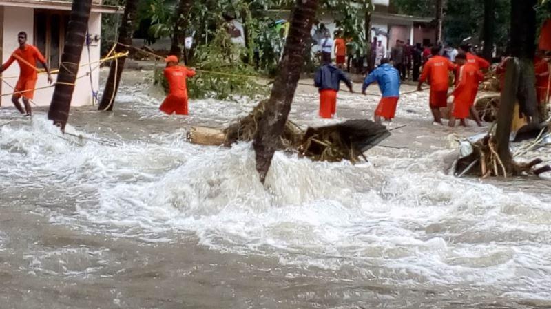 印度西南部克勒拉省洪災持續惡化,數百支軍隊奮力救援受困民眾。(圖取自印度軍方和國家災害應變部隊臉書 www.facebook.com/HQNDRF)