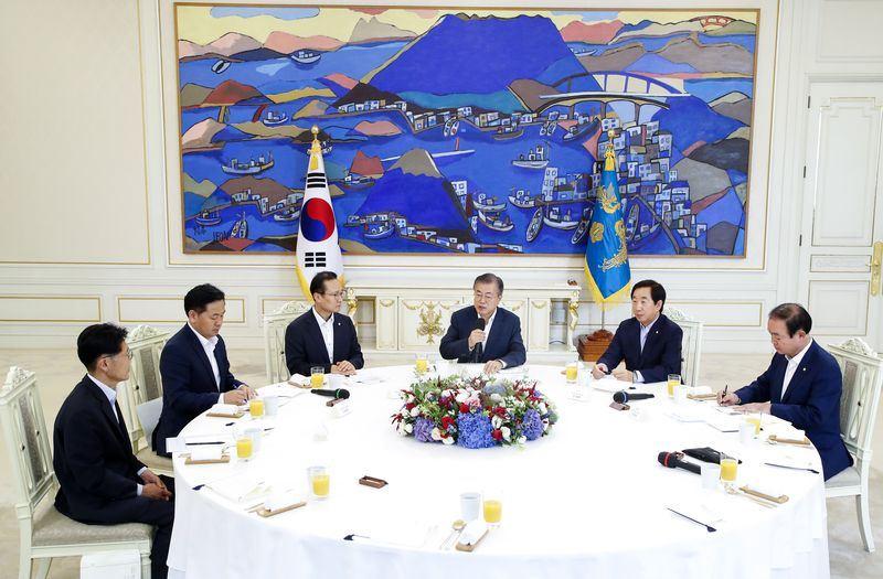 南韓總統文在寅(右3)16日在青瓦台與國會5大政黨黨鞭共進午餐,敦促國會盡早通過4月文金會發表的「板門店宣言」。(韓聯社提供)