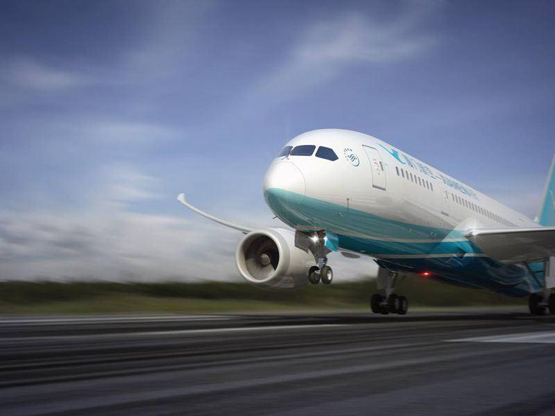 中國廈門航空公司班機16日深夜在馬尼拉國際機場降落時發生偏離跑道事故。(圖取自廈門航空臉書www.facebook.com/XiamenAirlines)