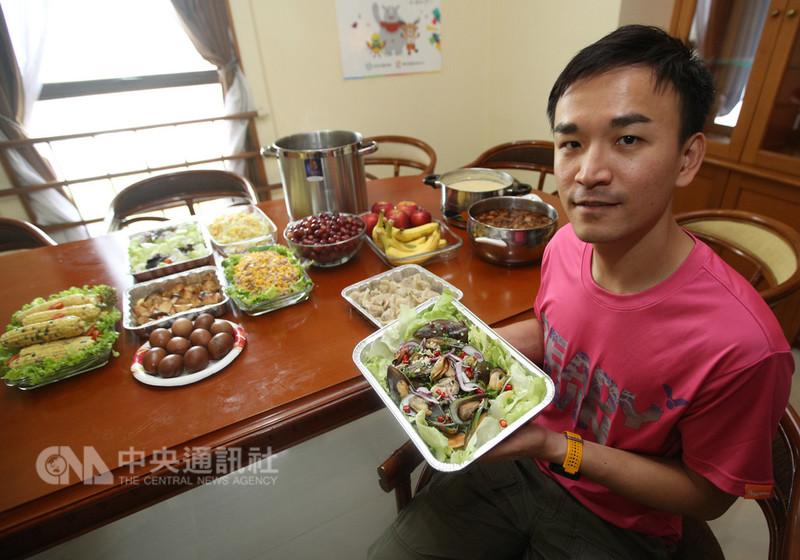中華亞運代表團今年特別從台灣帶來專屬廚師與營養師,希望除去選手吃壞肚子的風險,也讓選手在異地享受家鄉味。圖為國家運動訓練中心運動營養師潘奕廷。中央社記者張新偉雅加達攝 107年8月18日
