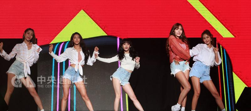 女團AOA穿著短褲在馬來西亞演出,粉絲陷入瘋狂。中央社記者郭朝河吉隆坡攝 107年8月19日
