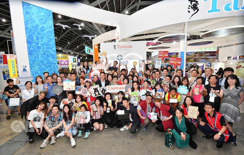 新加坡年度NATAS旅展17日起舉行三天,台灣觀光協會會長葉菊蘭19日到台灣館為參展的各縣市業者打氣,並與業者合影。中央社記者黃自強新加坡攝 107年8月19日